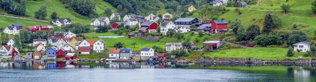 Noord-Europa-Noorwegen-Bergen-Huisjes-aan-het-water-slider